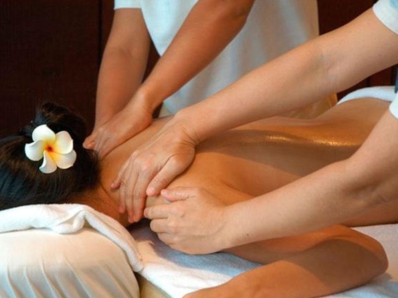 Masaje a 4 manos chica con flor luz spa